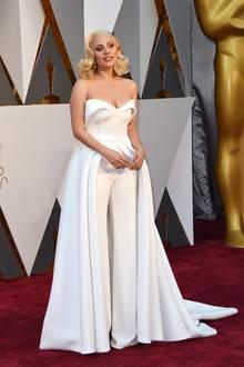 2016: Ein Jumpsuit mit Schleppe von Brandon Maxwell war das Oscar-Outfit von Lady Gaga