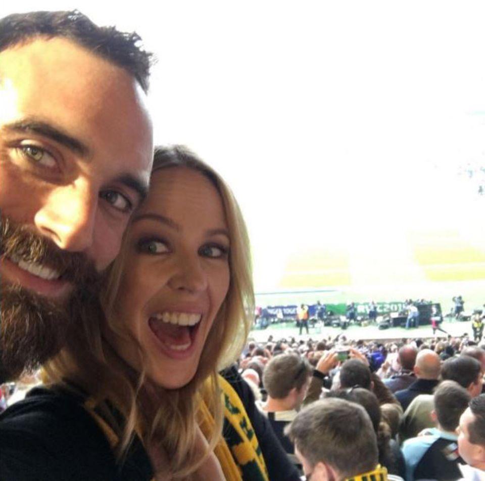 Kylie Minogue und Joshua Sasse sind große Rugby-Fans. Dieses Selfie machten sie beim Weltcup-Finale im Oktober in Twickenham