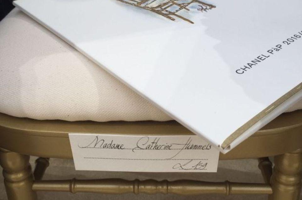 """Ein RItterschlag für """"Madame Catherine Hummels"""" - ein personalisierter Sitzplatz bei Chanel."""