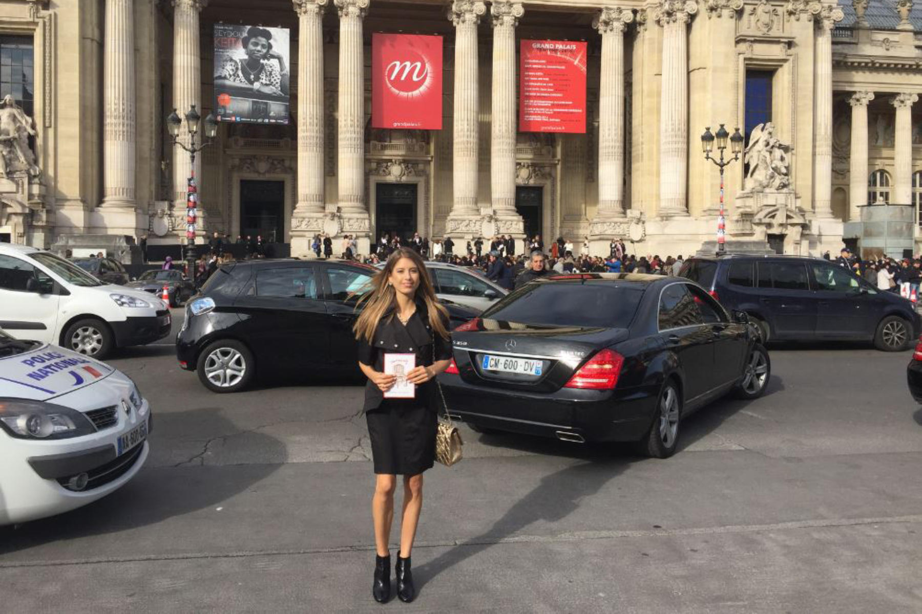 """Cathy vor dem Pariser """"Grand Palais"""", wo die Fashion-Show von Chanel stattfand."""