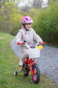 Auf dem Anwesen kann Prinzessin Estelle bedenkenlos auch das Fahrrad fahren üben