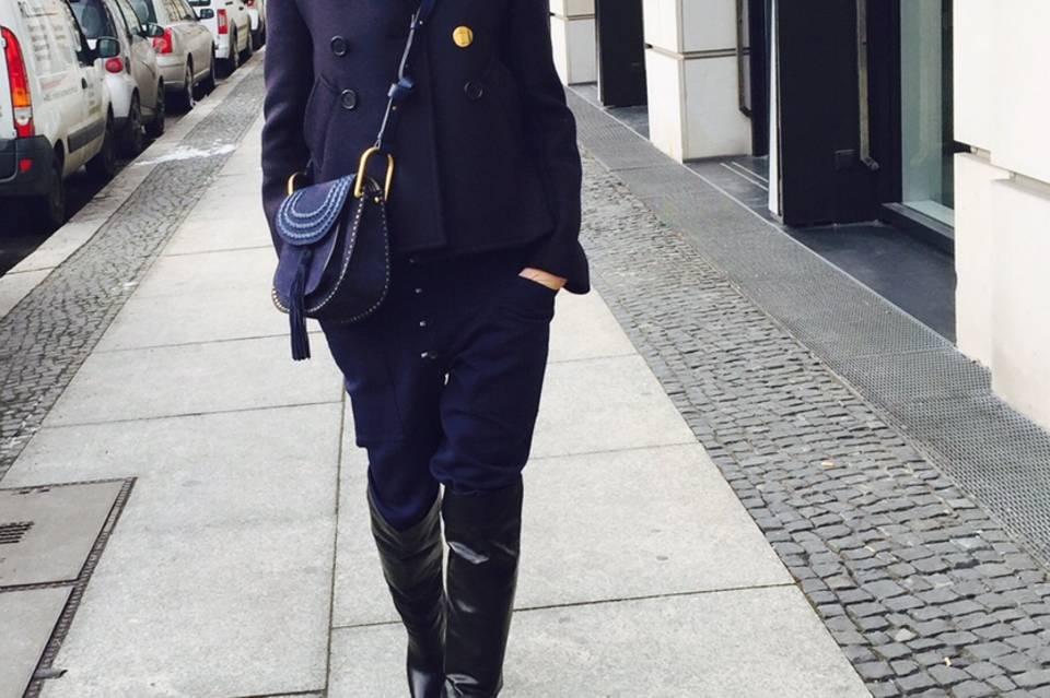 GALA-Kolumnistin Sue tritt für Hamburg im Nord-Süd-Style-Battle um die beste Rollkragen-Kombination an.