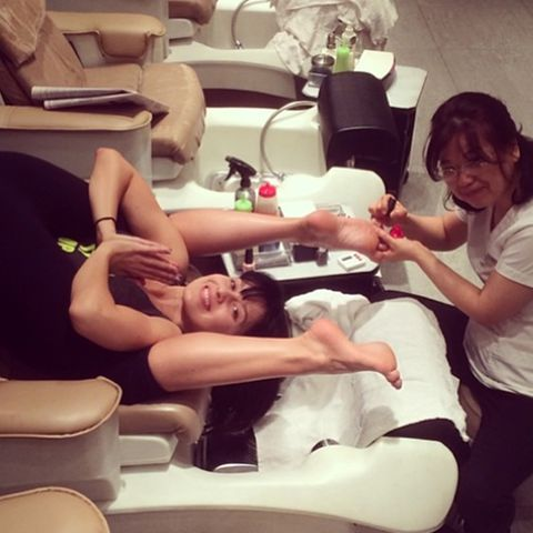 Zeitsparend: Im Beauty-Salon präsentiert Hilaria Baldwin während der Pediküre gleich noch ihre tägliche Yoga-Übung.