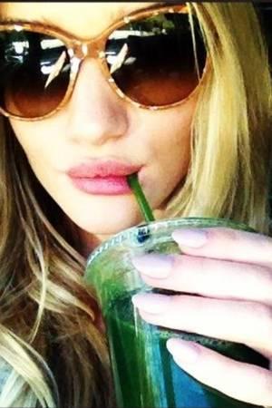 Grün, gesund und lecker: Supermodel Rosie Huntington-Whiteley zeigt ihre Vorliebe für Detox-Smoothies auf Instagram.