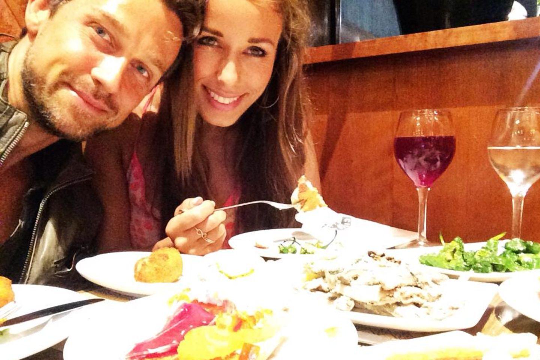 Wayne und Annemarie Carpendale lassen sich in Barcelona Mitternachtstapas schmecken.