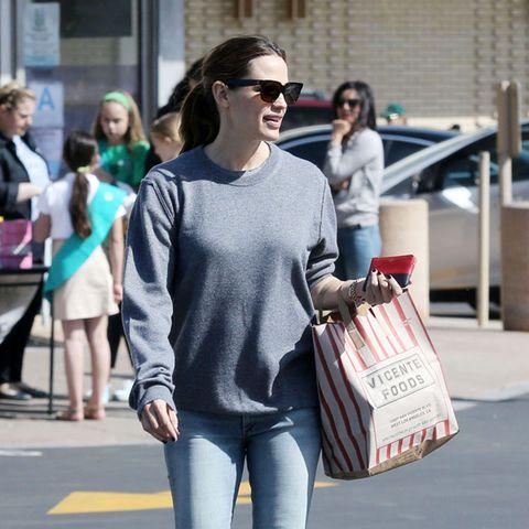 Jennifer trägt den Pullover ihres Ex.