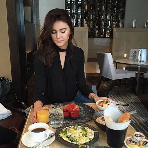 Das Model Stefanie Giesinger gönnt sich einen ausgiebigen wie reichhaltigen Brunch: Pfannkuchen, Brötchen, frisches Obst, Salat, Saft und Müsli.