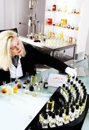 parfumeurin kim weisswange bei der arbeit