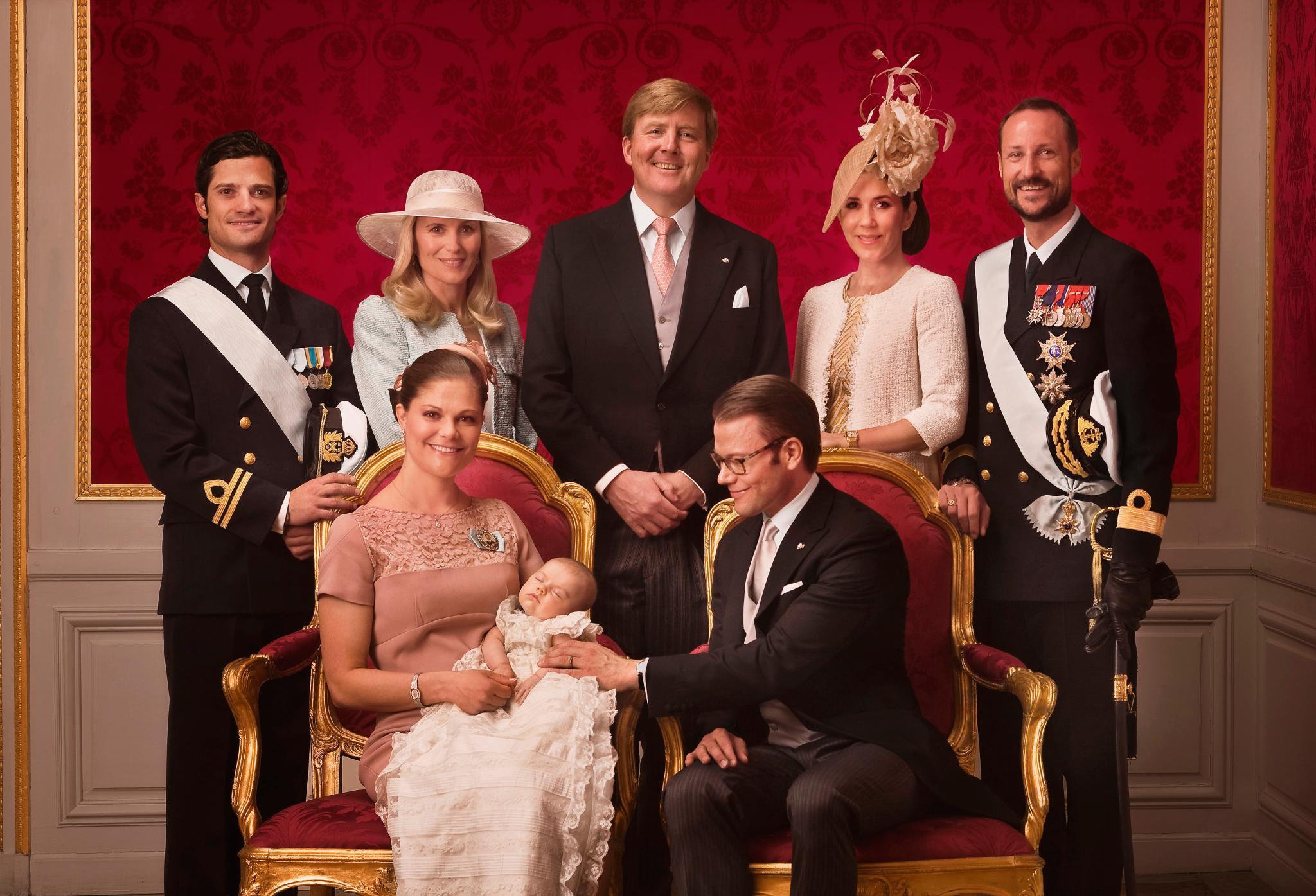 Im Mai 2012 wird Prinzessin Estelle getauft. Als künftige Königin Schwedens erhält die kleine Prinzessin mit Prinzessin Mary von Dänemark, Prinz Haakon von Norwegen und Prinz Willem-Alexander der Niederlande gleich drei royale Paten aus dem Ausland. Hinzu kommt Prinz Carl Philip und Prinz Daniels Schwester, Anna Westling Söderström.