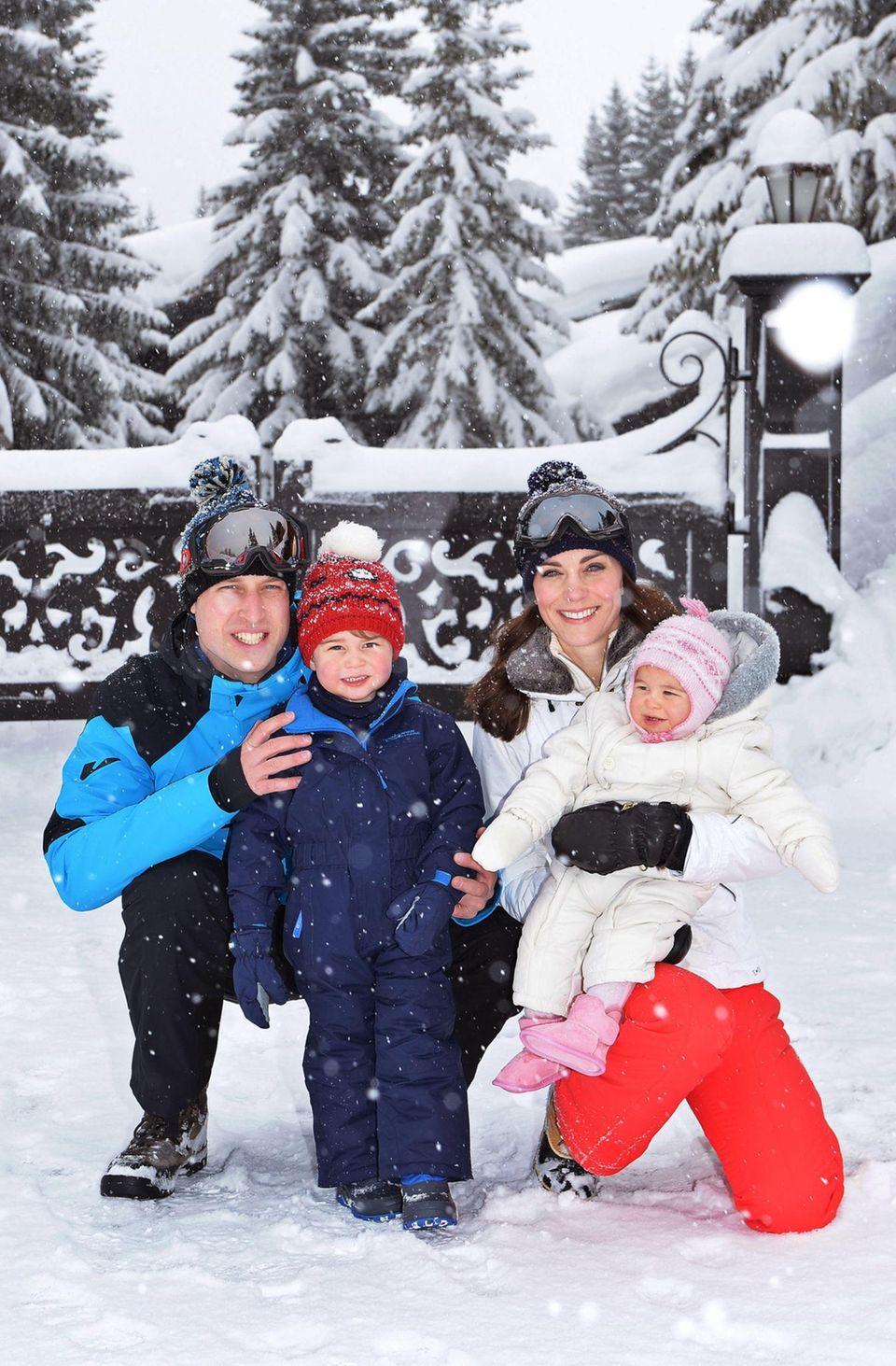 3. März 2016  Charlotte und George sind die süßesten Schneehasen. Mit Mama und Papa tobt es sich besonders gut.