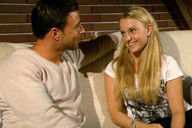 """Jogger und Schlabbershirt beim """"Home Date"""": Leonie aus Itzehoe beweist nur selten Stil. Der Langweilig-Look scheint Bachelor Leonard zu gefallen, uns überzeugt er jedoch nicht."""