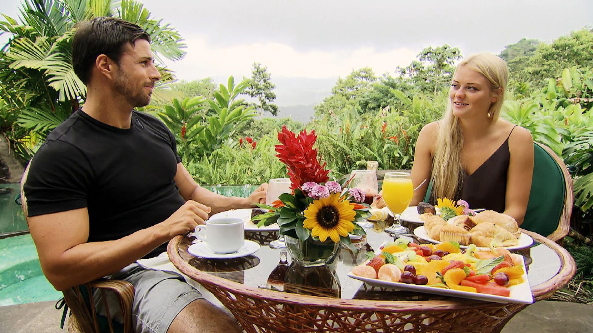 Schlichte Hängerchen wie hier ein Model in schwarzem Polyester sind Danielas bevorzugte Tageslooks. Grundsätzlich ist das bei der Hitze in Costa Rica ja erstmal ok.