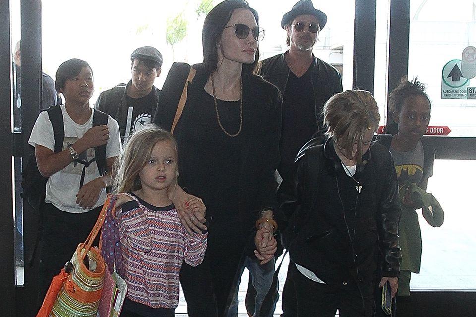 Angelina Jolie, Brad Pitt und ihre Kinder am Flughafen von Los Angeles