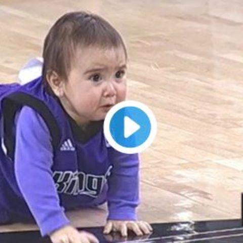 So süß!: Baby schläft bei Wettkrabbeln ein