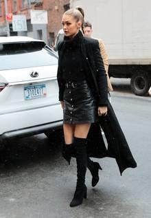 Kein Wetter hält Topmodel Gigi Hadid davon ab stylisch durch die New Yorker Straßen zu ziehen. Sie kombiniert einen sexy Lederrock mit angesagten Overknees und Longcoat.