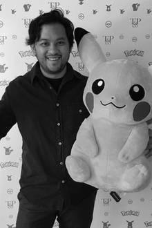 Eric Medalle mit Pikachu, seiner bekanntesten Schöpfung