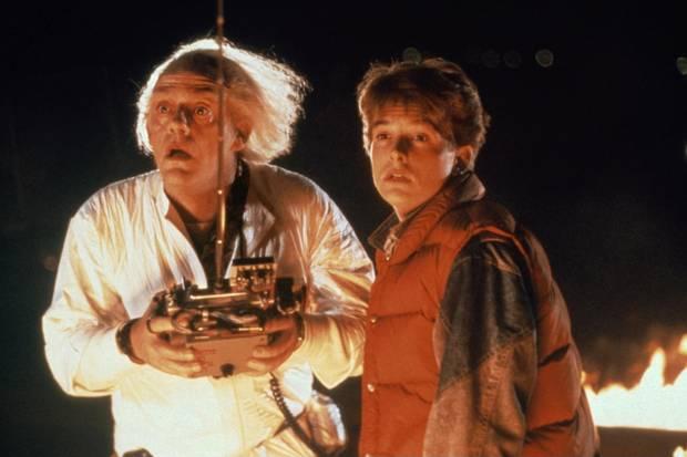 """Dr. Emmett """"Doc"""" Brown und Marty McFly  Christopher Lloyd und Michael J. Fox sind die zwei wohl bekanntesten Charaktere aus """"Zurück in die Zukunft"""". Als der jugendliche Marty und der leicht eigenwillige Professor Brown reisen sie in der Kult-Trilogie zwischen den Jahren 1885 und 2015 hin und zurück."""