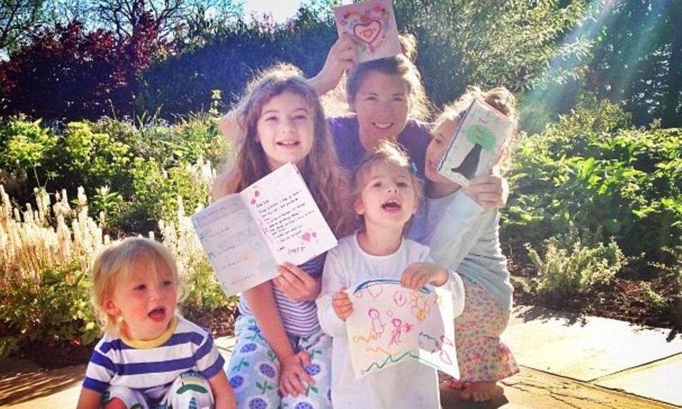 Jamie Oliver freut sich über die selbst gebastelten Geburtstagskarten von seinen Kindern und seiner Frau Jools.
