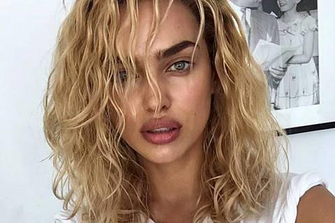 Irre! Mit blonden, ausgehangenen Locken zeigte sich Irina Shayk auf Instagram und löst eine heftige Debatte unter ihren Fans aus.