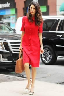 Amal Clooney in New York mit einem schicken, roten Dolce & Gabbana Kleid. Das Kleid hat einen Wert von ca. 2600 Euro.