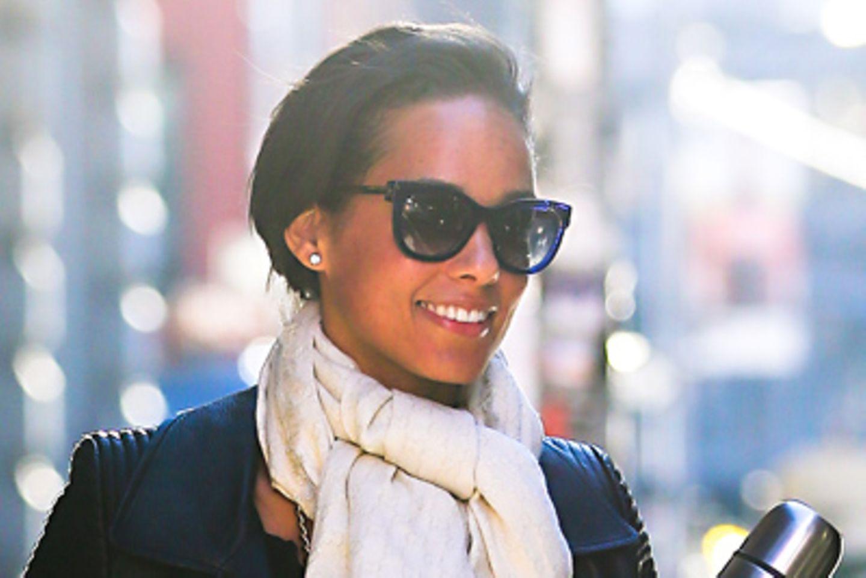 Der verzierte, weiße Seidenschal ist ein schöner Kontrast zu Alicia Keys' Lederjacke.