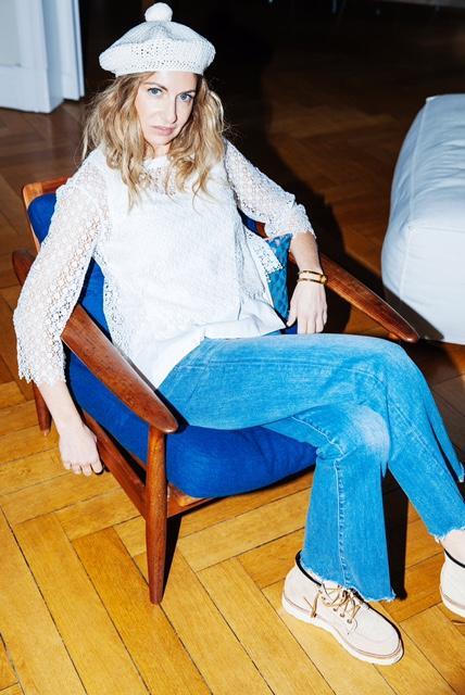 Sue Giers stylt gekonnt klassische Jeans mit Hippie-Bluse und Mütze.