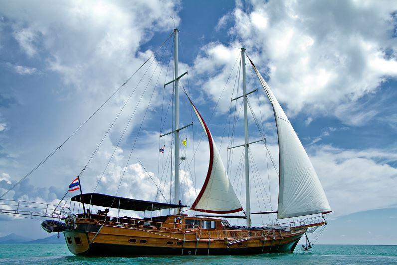 """Das Teakholz-Segelboot """"Naga"""" bietet sich wunderbar für einen Tagesausflug an."""