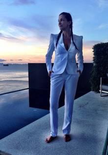 Alexandra Kamp in ihrem neuen Anzug, den sie sich beim Schneidermeister Don hat anfertigen lassen.