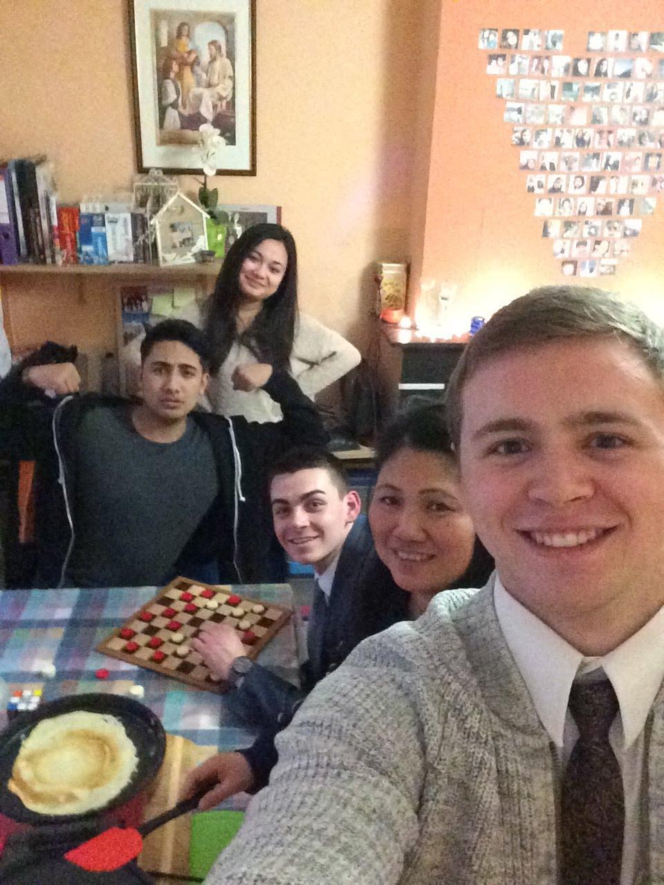 Mason Wells mit anderen Missionaren.