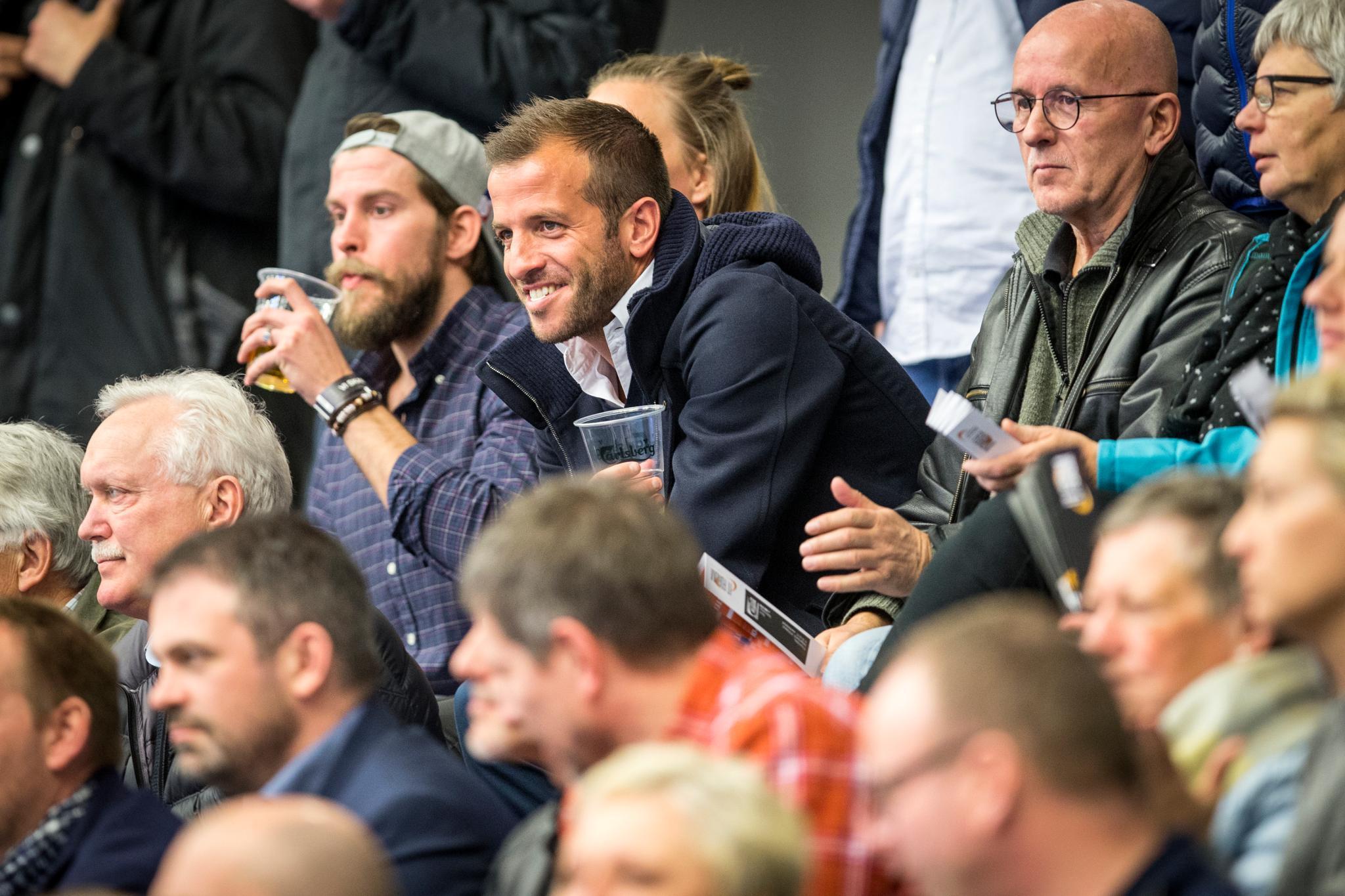 Rafael van der Vaart sitzt beim Spiele Esbjerg gegen Ringkobing Handbold im Publikum und scheint sichtlich stolz auf seine Estavana zu sein