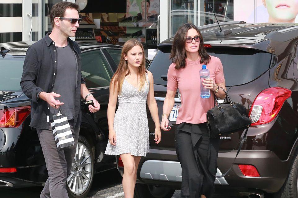Johnny McDaid mit Coco Arquette und ihrer Mutter Courteney Cox beim shoppen in Malibu.