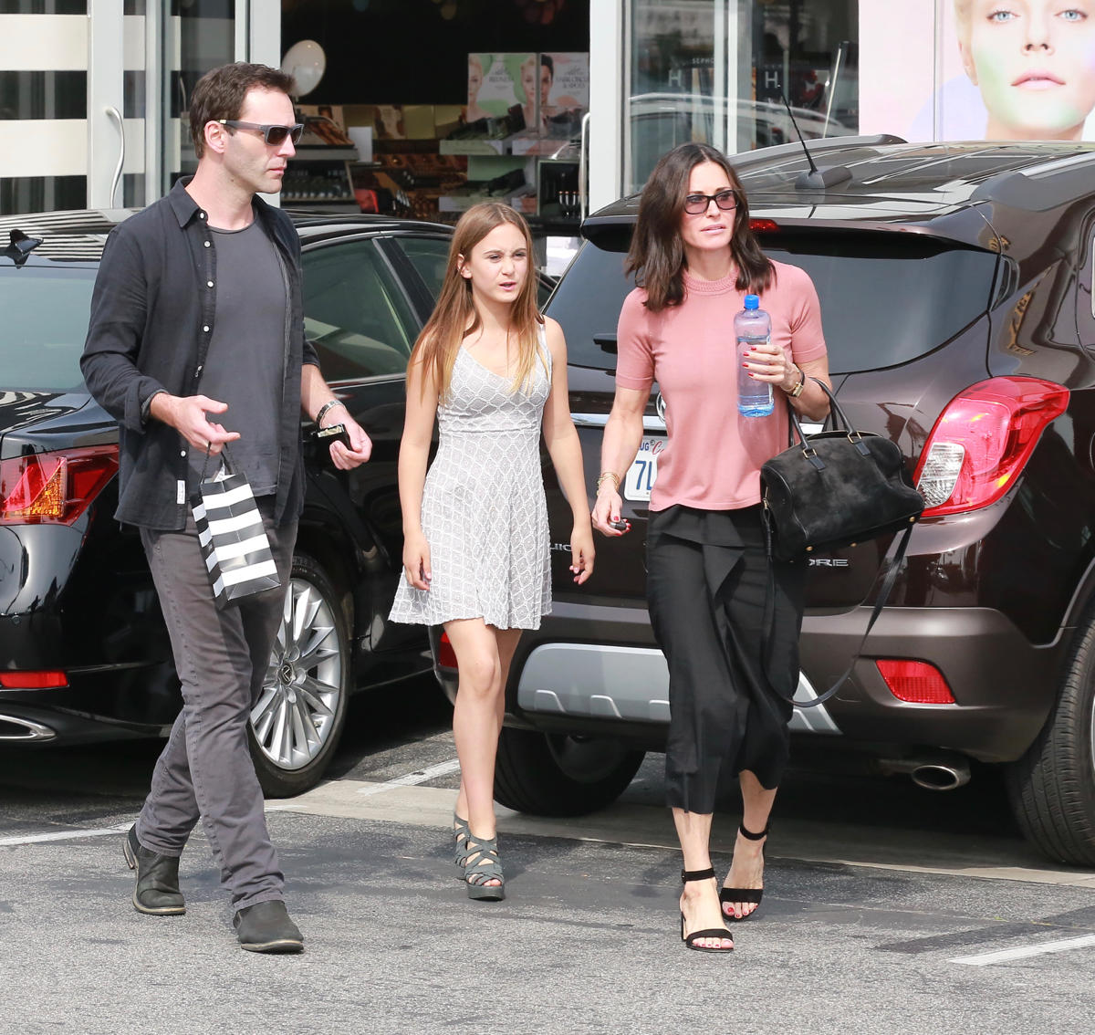 Johnny McDaid mit Coco Arquette und ihrer Mutter Courteney Cox beim shoppen in Malibu.