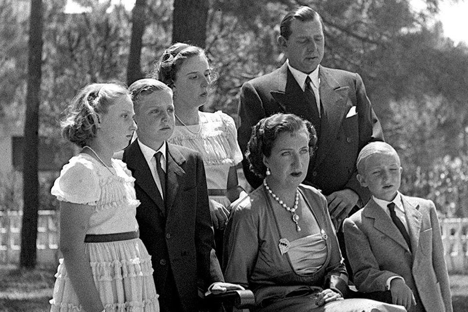 König Juan Carlos (zweiter von links) und sein kleiner Bruder Alfonso (ganz rechts) auf einem alten Familienbild.
