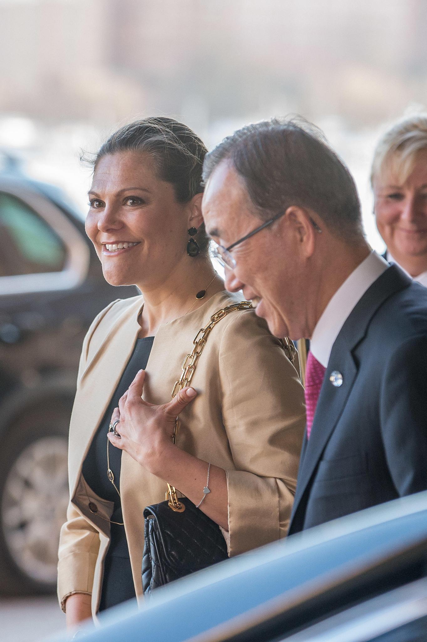 Die Plauderei mit UN-Generalsekretär Ban Ki-moon zaubert Prinzessin Victoria ein Lächeln auf die Lippen.