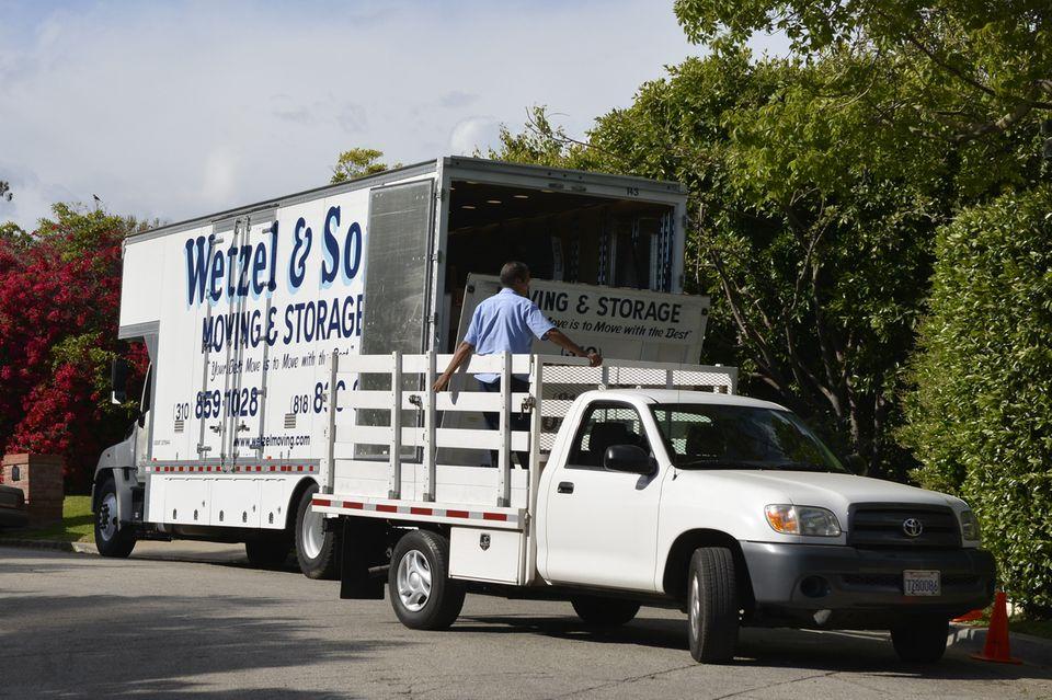 Die Packer verladen die Möbel aus dem LKW auf einen kleineren Transporter und bringen sie auf das Anwesen der Hollywoodstars