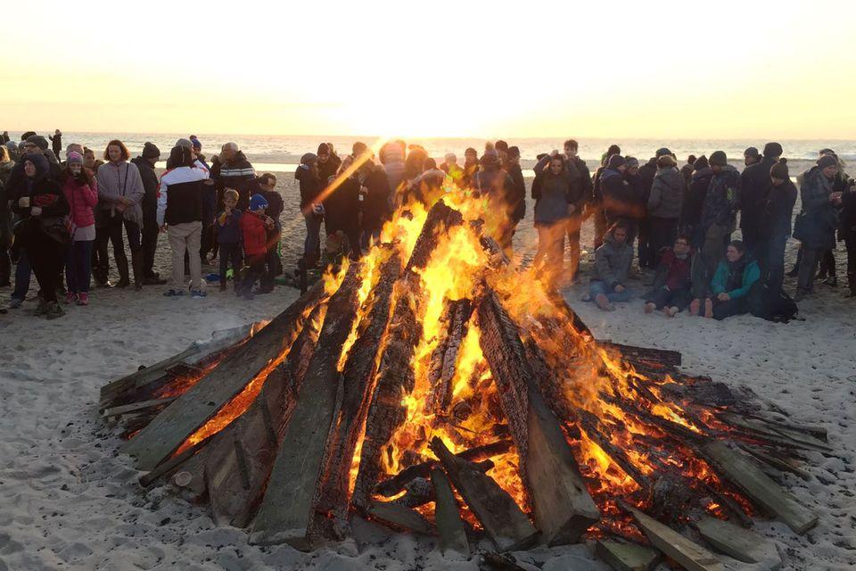 """Da geht das Inselherz auf: Traumblick auf den Horizont hinterm Osterfeuer bei der """"Buhne 16"""" in Kampen."""