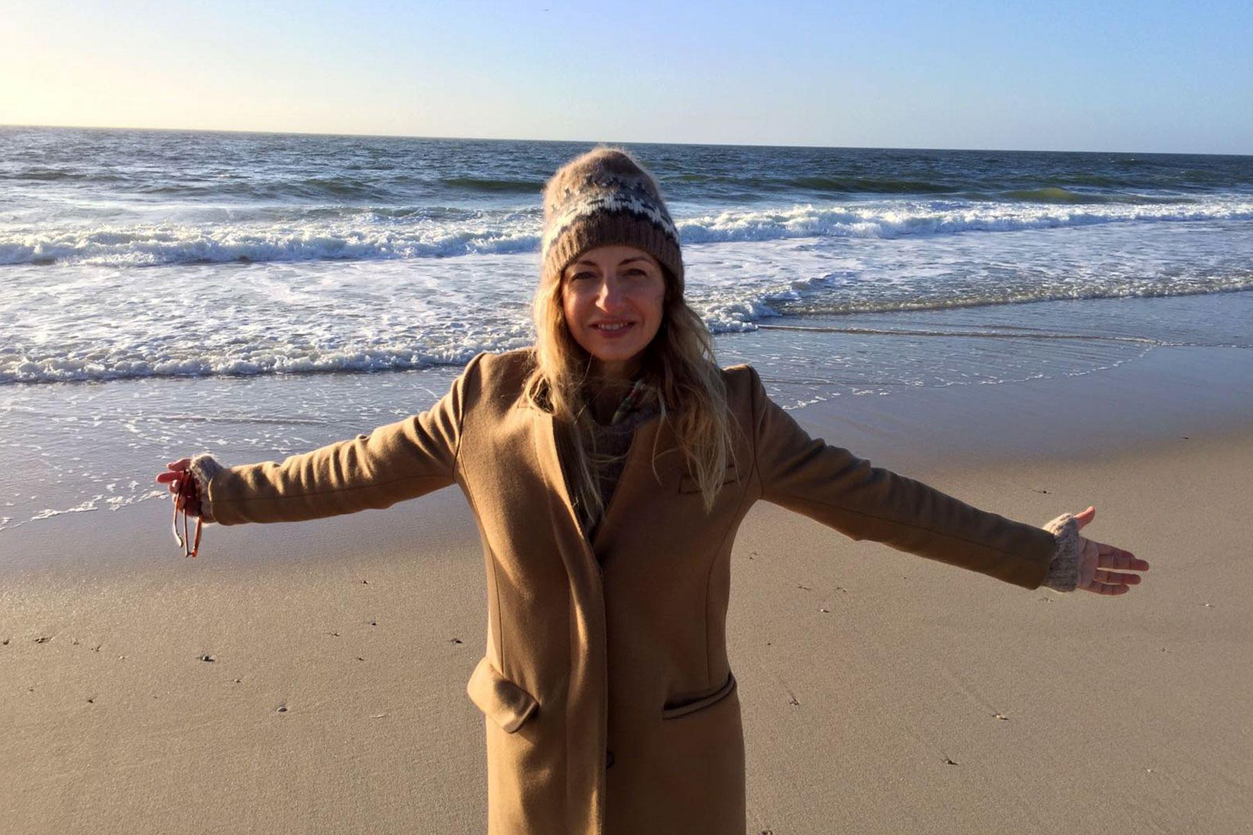Ab in die Kult-Gummistiefel von Hunter und runter an den Sylter Strand: Beim Strandspaziergang ist unsere Kolumnistin Sue mal nicht umringt von Woolrich-Jackenträgern in klassischem Navy.