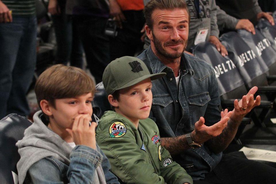 Urlaub ohne Vic verbringt David Beckham gerade mit seinen Kindern (hier mit Romeo und Cruz bei einem Basketballspiel) in der Zweitheimat Los Angeles