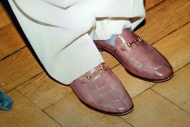 sue giers mit rosefarbenen loafers