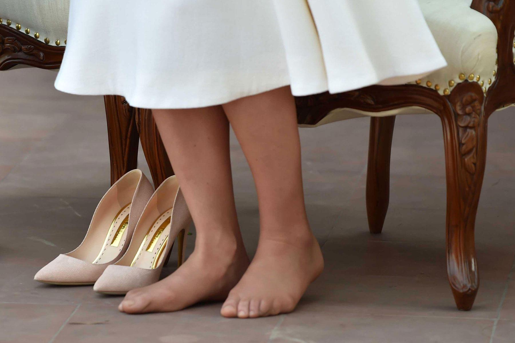 Autsch - da hat Herzogin Catherine aber schon einige Druckstellen und verschobene Zehen durch das Tragen von spitzen High Heels. Bei ihrer Indienreise wurde das augenscheinlich.