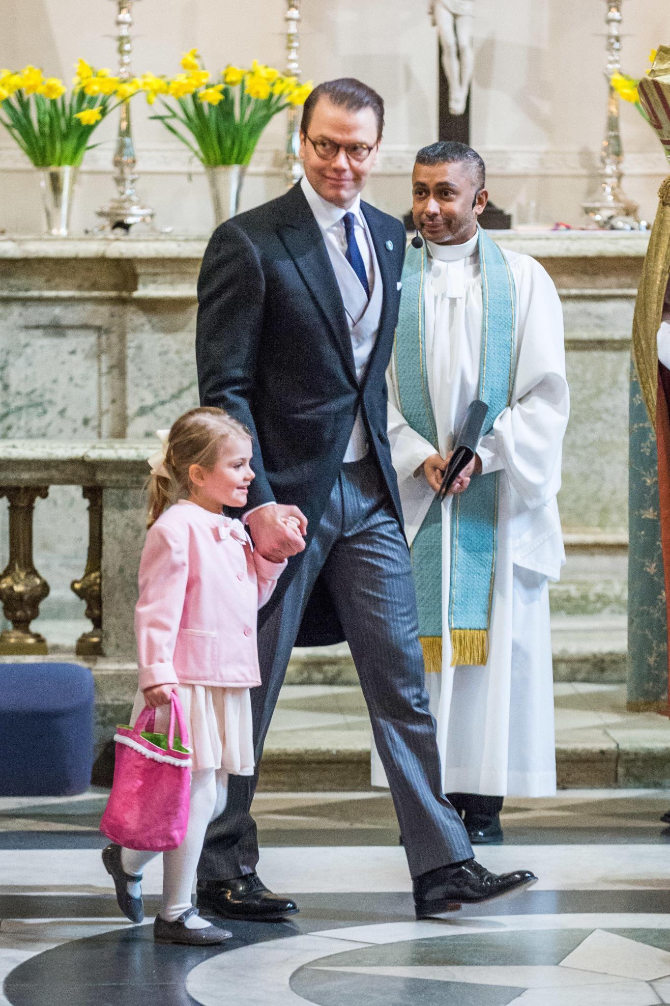 Prinz Daniel kümmert sich beim Te Deum für Prinz Oscar am 3. März liebevoll um Töchterchen Estelle. Sie soll nicht zu kurz kommen.