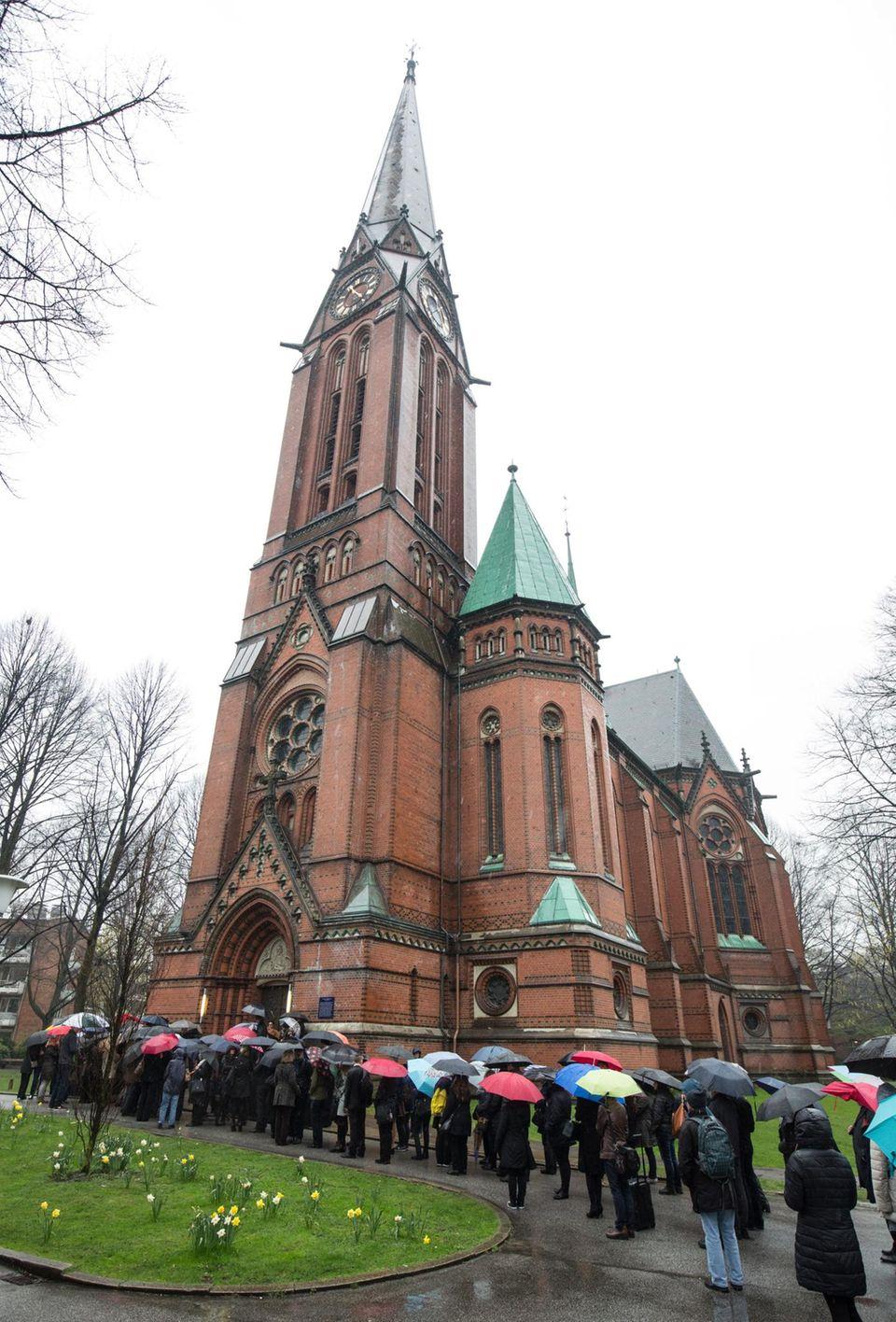 Angehörige, Wegbegleiter und Fans reisten in die Hamburger St. Gertrud-Kirche, um Abschied von Roger Cicero (†45) zu nehmen.