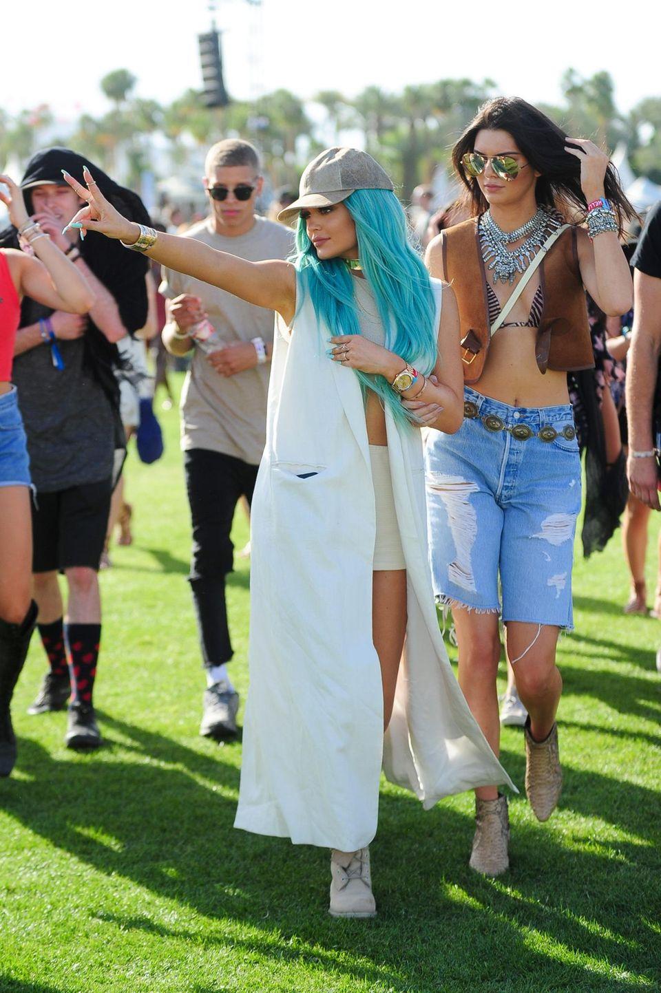 Kylie (l.) und Kendall Jenner sind auch beim Coachella-Festival in ständiger Begleitung von Freunden, Fans und Fotografen. Kein Wunder, Kylie präsentierte pünktlich zu Beginn des Festivals einen sehr auffälligen, neuen Look: die blaue Haarpracht.
