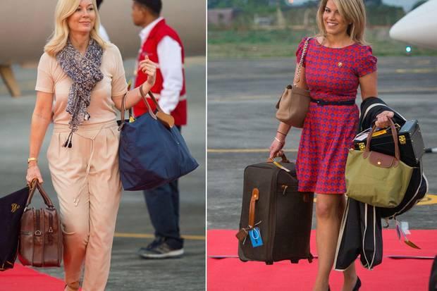 Kates Friseurin Amanda Cook Tucker und Stylistin Natasha Archer schwer bepackt am Flughafen von Tezpur, Indien