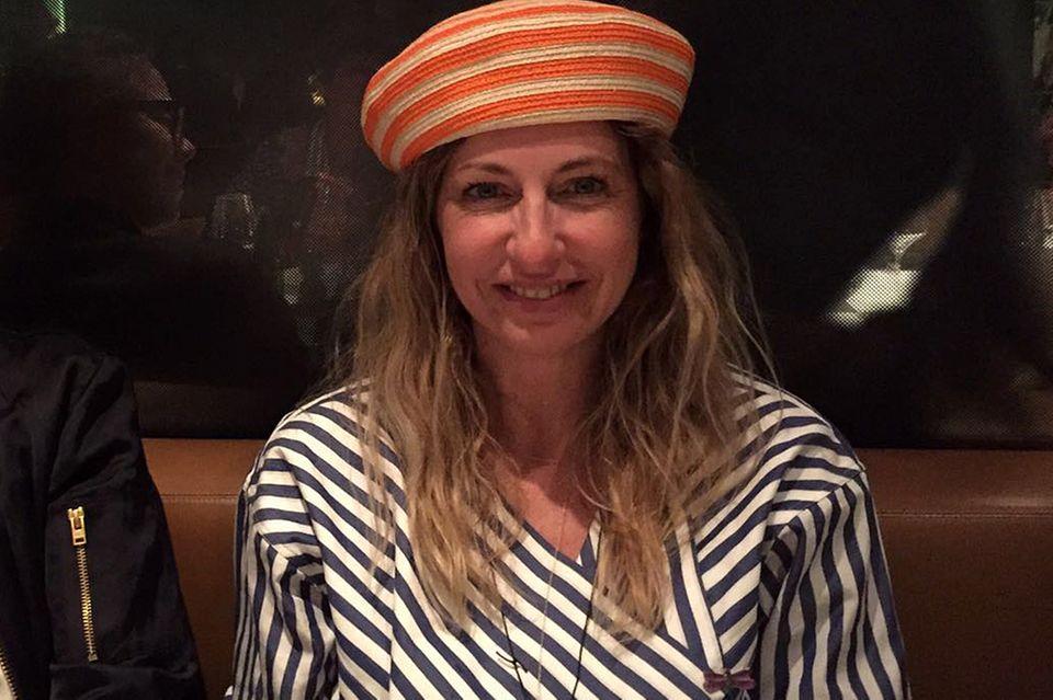 Ahoi, du Style-Königin! Auf ihrer Geburtstagsfeier lässt es GALA-Kolumnistin Sue mit niedlichem Pillbox-Hütchen krachen.