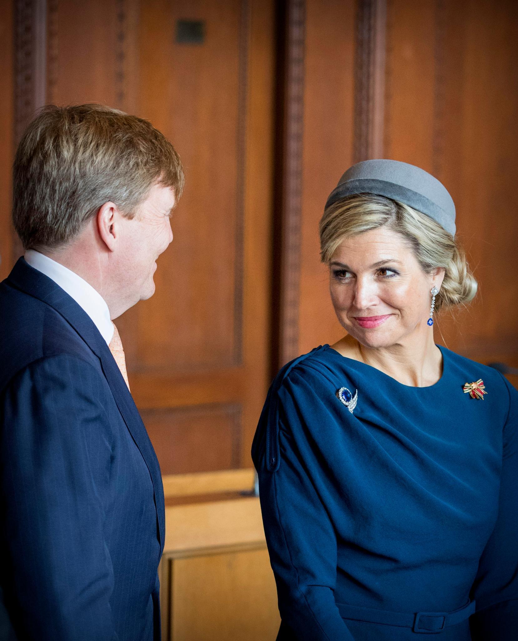 Königin Maxima wirft ihrem Ehemann König Willem-Alexander einen verschmitzten Blick zu, der durchaus als königlicher Flirt interpretiert werden kann