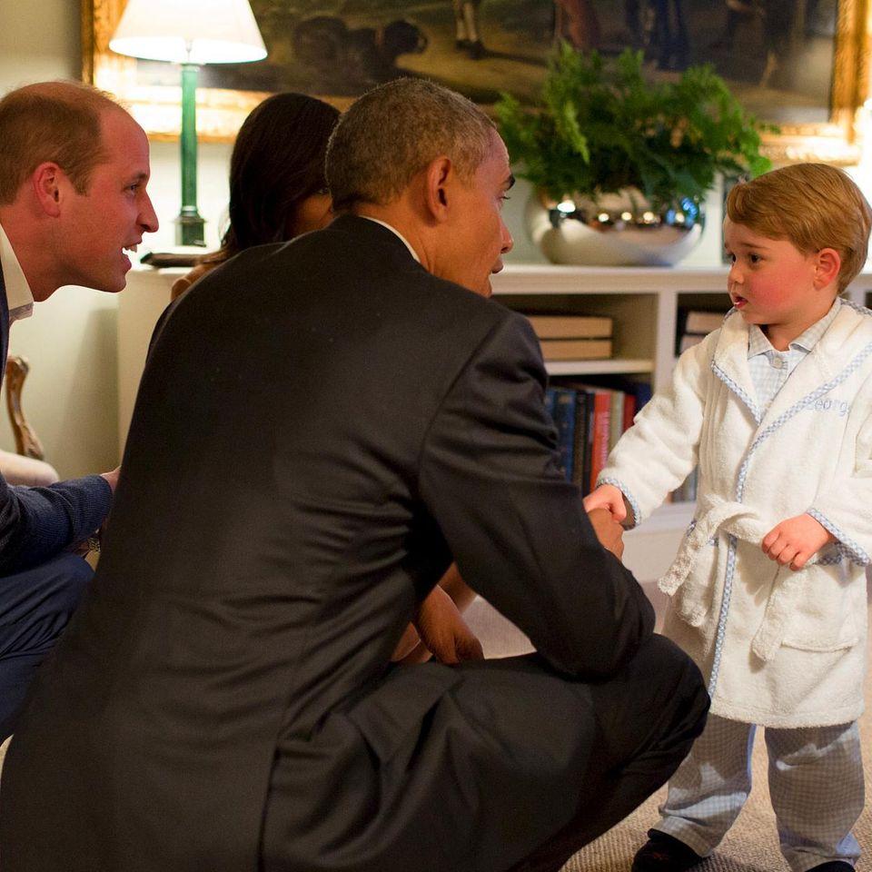 Wenn der US-Präsident zu Besuch kommt, darf auch Prinz George ein bisschen länger aufbleiben. Der Zweijährige empfängt Barack Obama im Schlafanzug und Morgenmantel.
