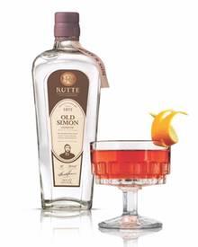 """""""Old Simon Genever"""" und der daraus kreiierte Drink """"Mr. Simon"""" in Oranje-Farben."""