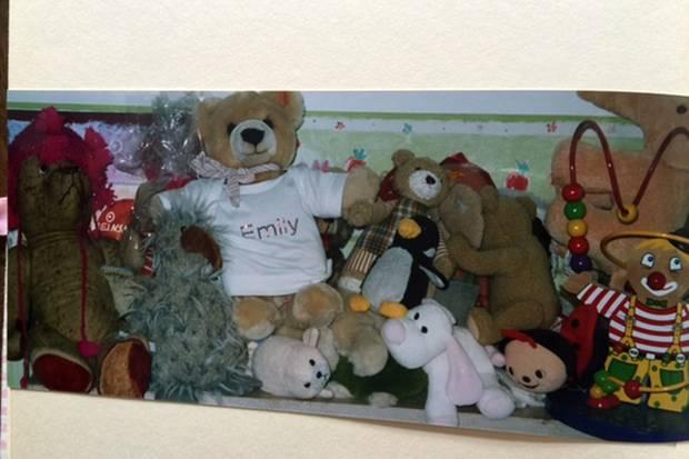 Geschenke für die Kinder müssen nicht teuer, sondern persönlich sein. So wie die Kuscheltiere von Sues Tochter Emily, die fester Teil der Familie geworden ist.