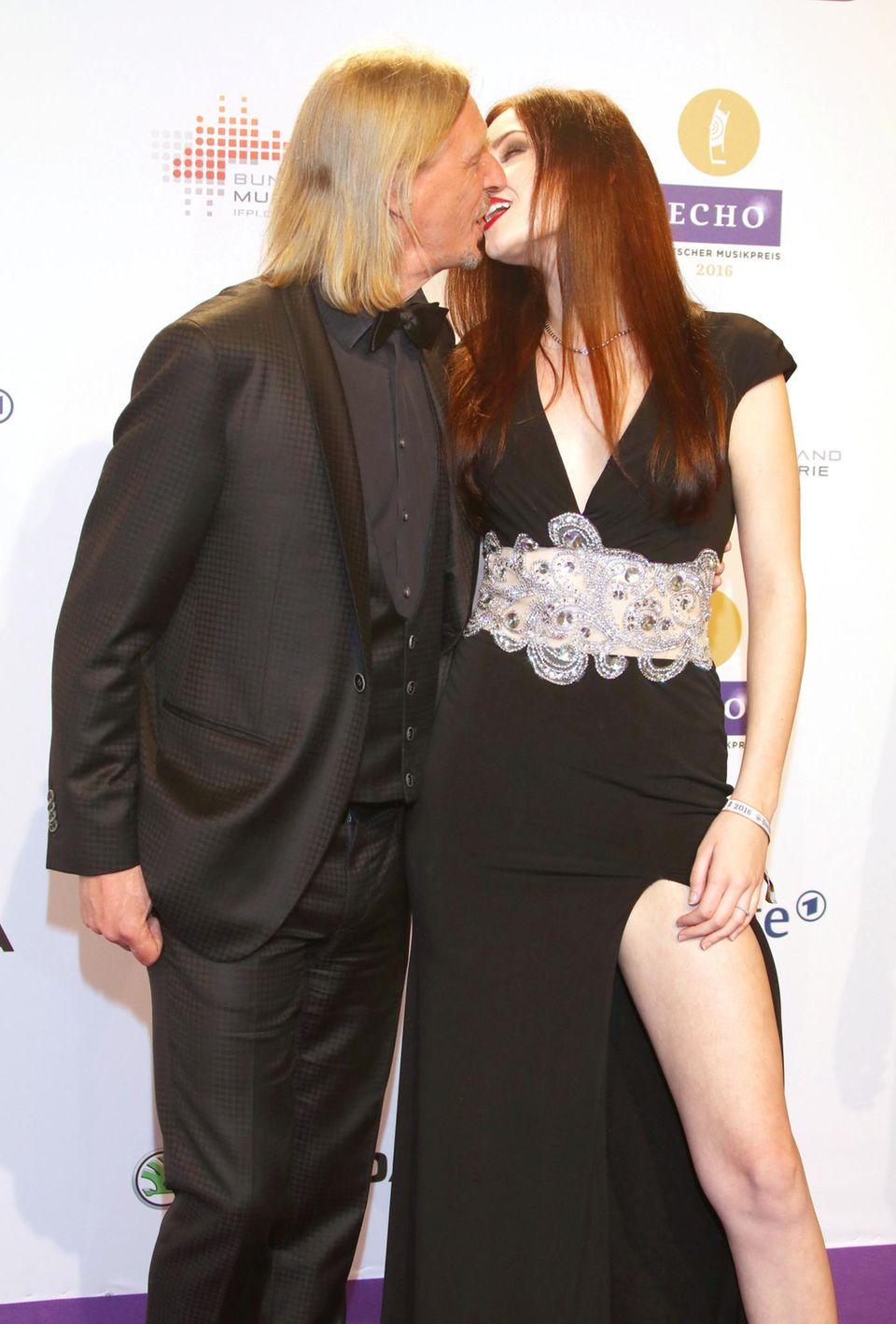 Wilde Knutscherei auf dem Red Carpet: Bei der Echo-Verleihung 2016 sorgten Frank Otto und Nathalie Volk für viel Blitzlichtgewitter.